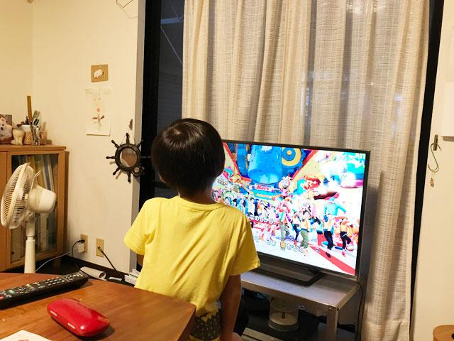 テレビに夢中な甥っ子
